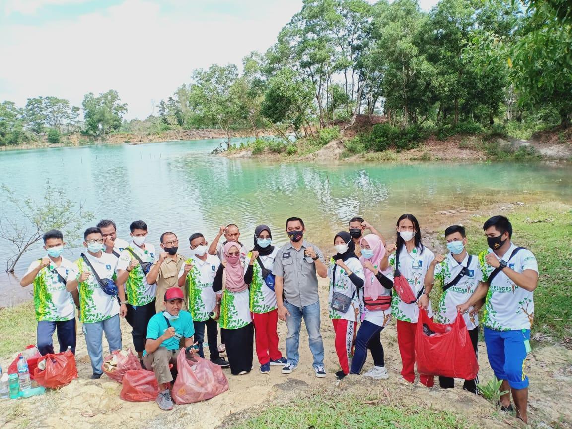 Belasan pemuda perwakilan kabupaten dan kota se Babel foto bersama disela-sela kegiatan Pemuda Peduli Lingkungan Asri dan Bersih di pinggir Kolong Spritus, Air Itam, Pangkalpinang.(foto: reza).