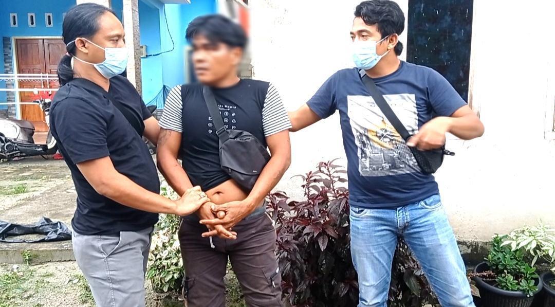 Kanit Buser Naga Polres Pangkalpinang, Aipda Rudi Kiai bersama anggota meringkus seorang pelaku pencurian besi bekas eks smelter. (foto: Untunk Novrianto)