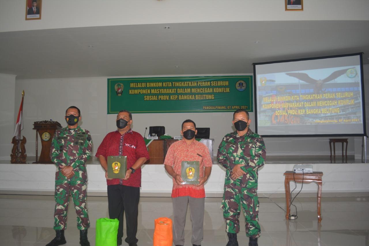 Perwakilan Peserta Sosialisasi Pembinaan Komunikasi menerima paket sembako dan bingkisan dari Korem 045/Gaya.(foto: ist).