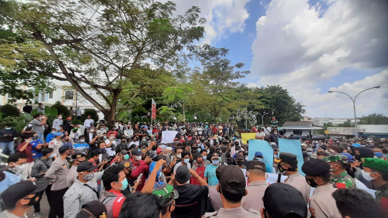 Aksi damai ribuan nelayan se Pulau Bangka bersama BEM se-Babel di Depan Kantor PT.  Timah Senin (5/4/2021). (foto :ist)