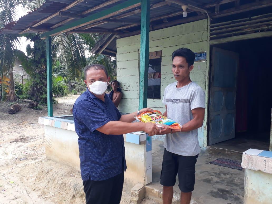 Penyerahan beras dari Perwakilan Arsani Grup