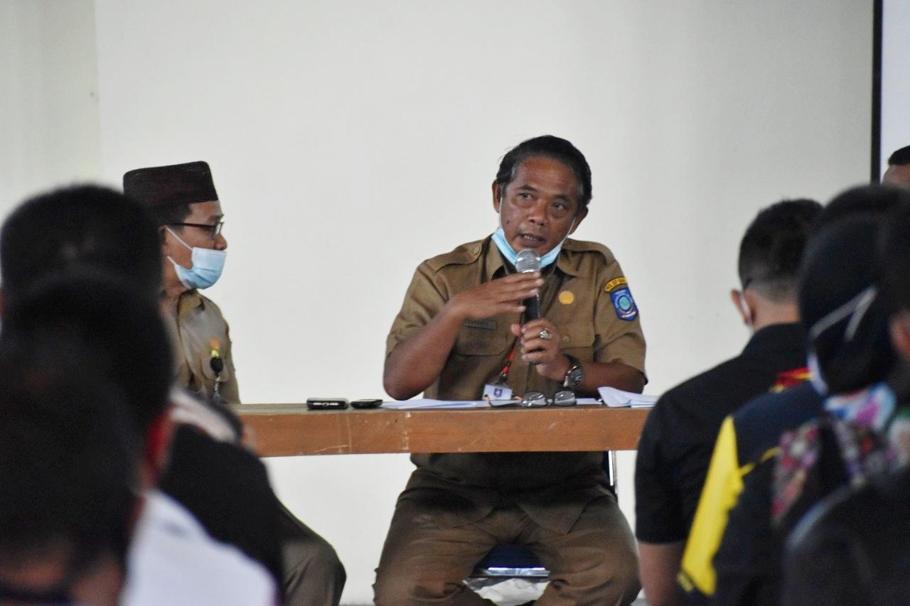 Kadiskepora Babel Suharto memberikan pengarahan saat pertemuan dengan KONI, KNPI, Kwarda Pramuka, dan Pengprov Cabor Babel.(foto: reza).