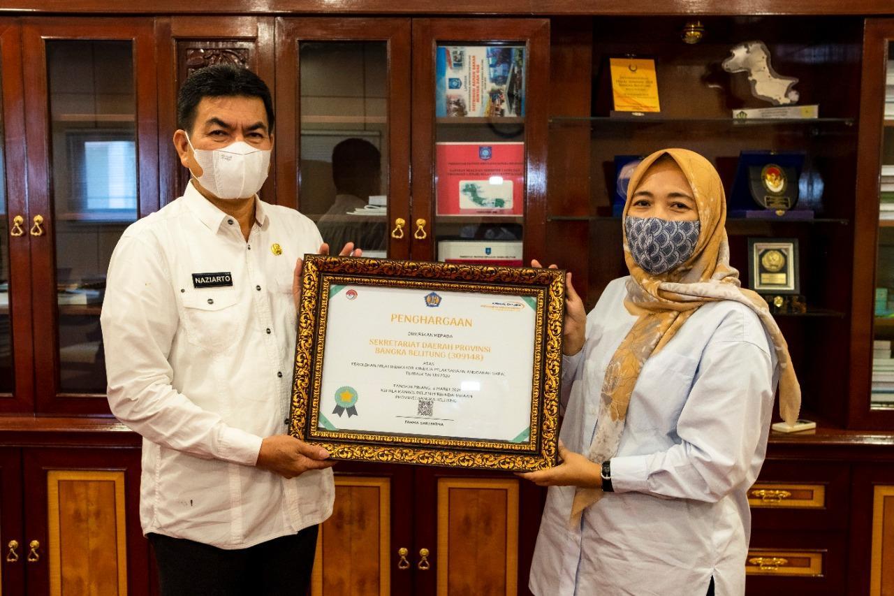 Kakanwil DJPb Babel, Fahma Sari Fatma menyerahkan penghargaan tujuh OPD Pemprov Babel, diwakili Sekda Babel, Naziarto, di ruang kerjanya, Rabu (7/4/2021).(foto: dok.wahyu).