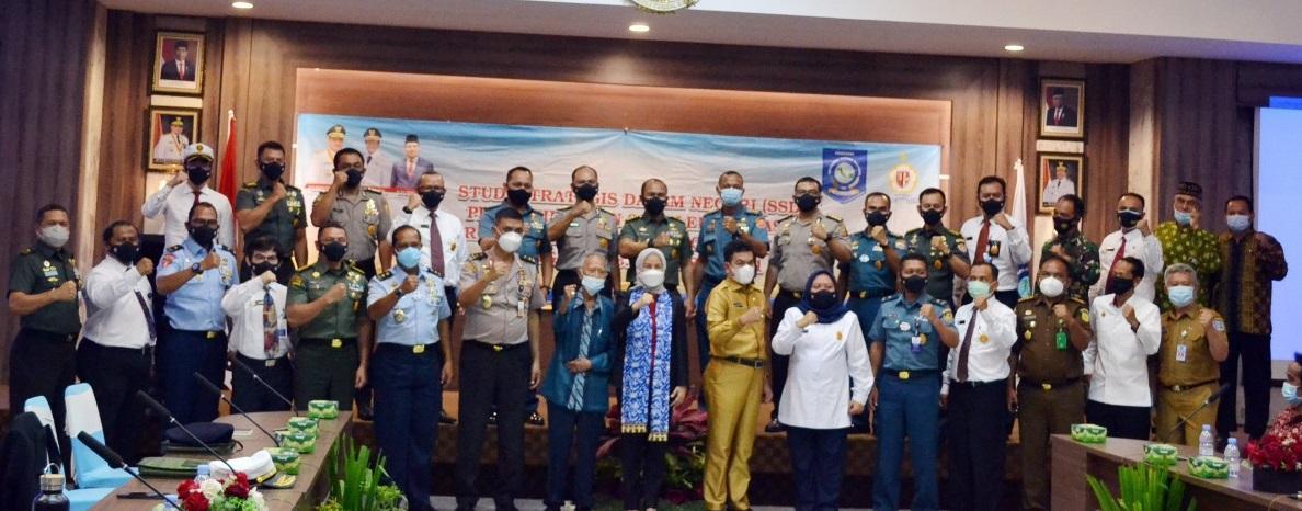 Sekda Babel, Naziarto didampingi Kepala Kesbangpol Babel Tarmin, foto bersama Peserta Program Pendidikan Reguler Angkatan LXII Lemhanas RI tahun 2021. (foto: wahyono).