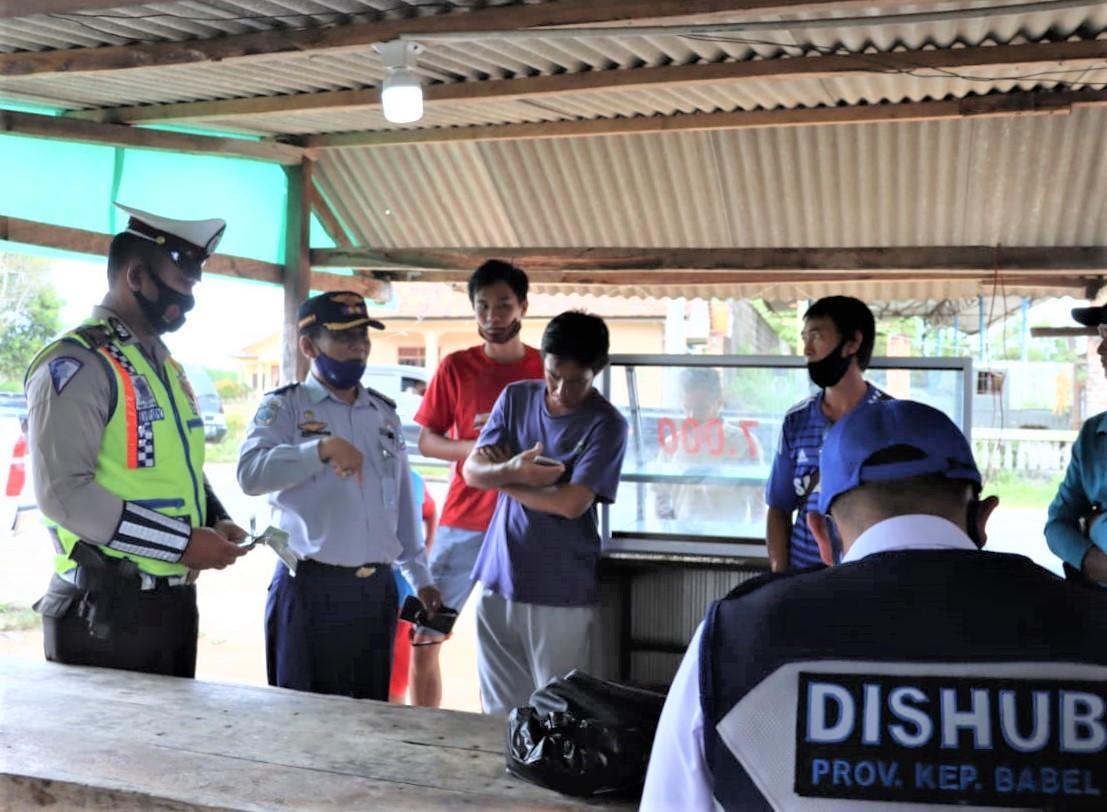 Tim Gabungan Dishub bersama Ditlantas Polda Babel saat memeriksa kelengkapan surat menyurat pengemudi puckup dan truk.(foto: sentosa).
