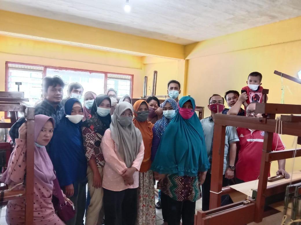 Peserta Bimtek Pengembangan Kain Tenun Cual foto bersama usai penutupan Bimtek di Gedung M3 Muntok, Kabupaten Bangka Barat, Sabtu (27/3/2021).(foto: mislam).