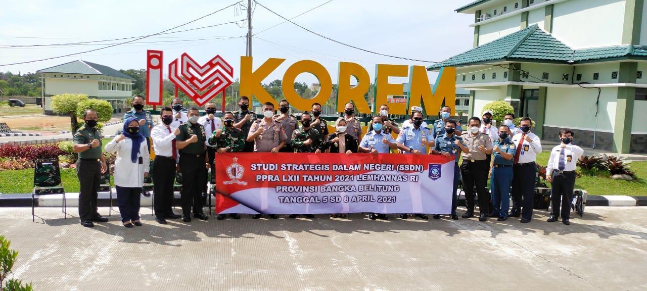 Peserta Program Pendidikan Reguler (PPRA) LXII Studi Strategis Dalam Negeri Lemhanas RI Tahun 2021 foto bersama dihalaman Makorem 045/Garuda Jaya, Selasa (06/04/2021).(foto: ist).