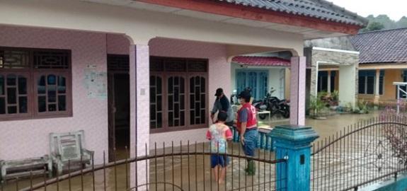 Salah satu rumah warga di Desa Sempan yang terkena banjir, Sabtu (27/3/2021).(foto: ist).