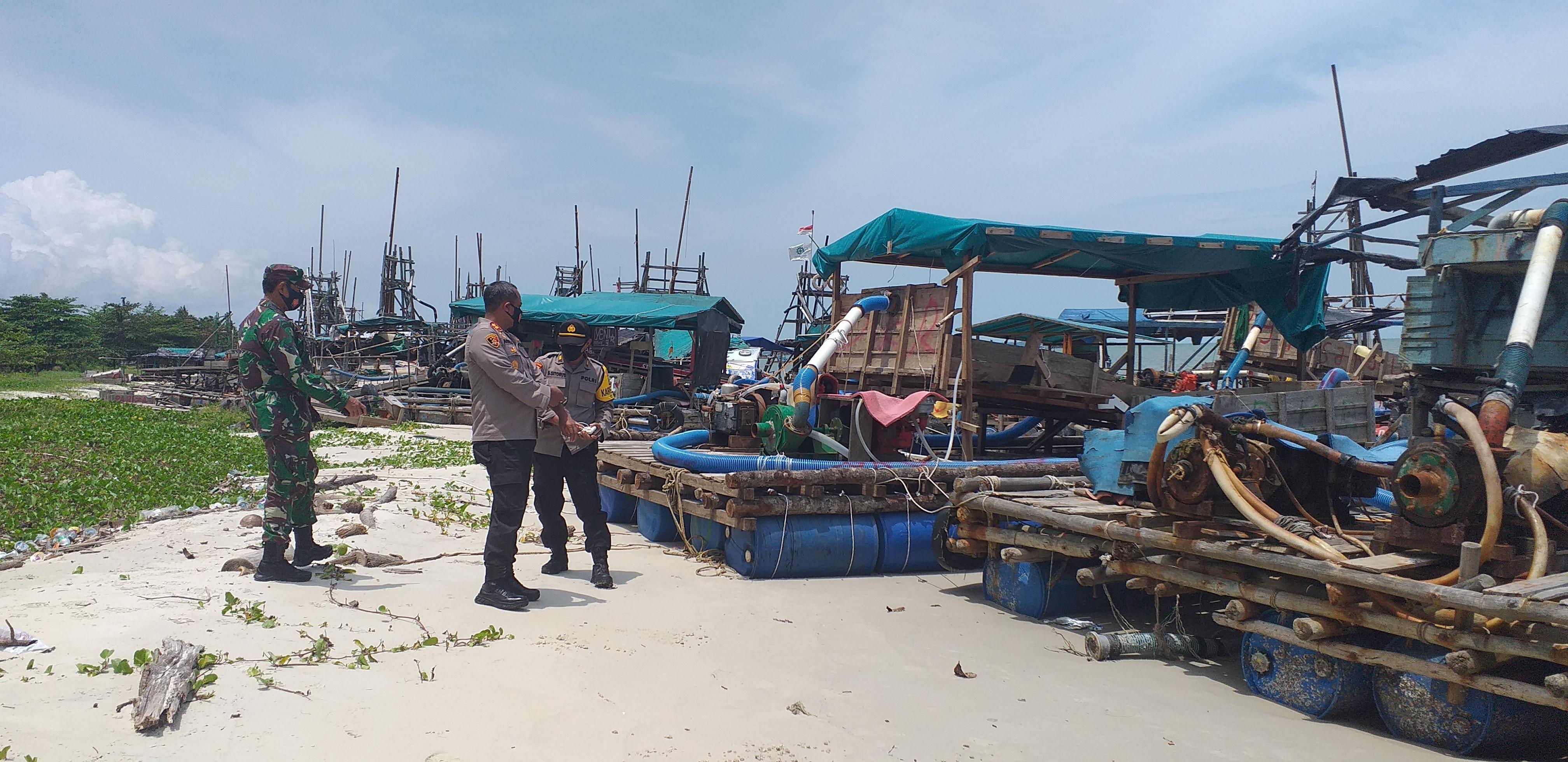 Kapolres bersama Danramil Toboali dan Kabag Ops mengecek puluhan TI yang diamankan di Laut Nek Aji Toboali