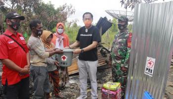 Wabup Serahkan Bantuan PMI Kepada Korban Kebakaran Belitung