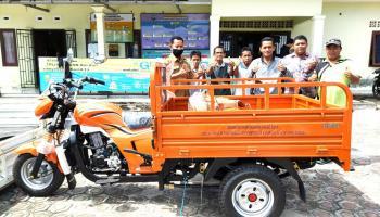 Desa Pangkalbuluh Terima Bantuan Motor Pengangkut Sampah