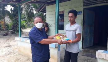 Hidayat Arsani Bagi Beras di Desa Belo Laut
