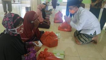 Peduli Lansia, Bupati Bateng Serahkan Sembako Berkala Ditengah Covid-19